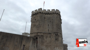 Pourquoi la tour Saint Nicolas de La Rochelle a-t-elle un air de tour de Pise ?