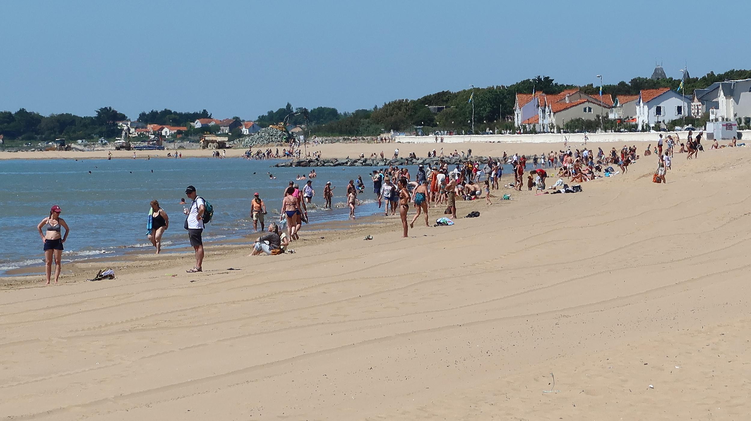 La plage de Châtelaillon reprend vie timidement et sous conditions. ©Ludovic Sarrazin