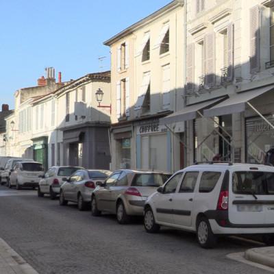Rue commerçante à Marans ©Ludovic Sarrazin