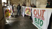 Les militants anti-bassines devant le tribunal judiciaire de La Rochelle. (©Y. Picard)