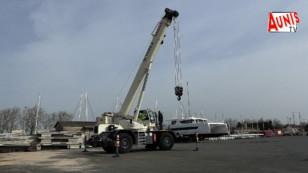 Marans : le port reçoit une toute nouvelle grue pour la manutention et la mise à l'eau des bateaux