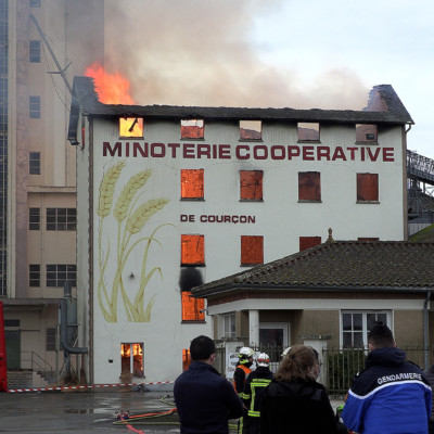 inoterie de Courçon en flamme incendie pompiers AunisTV
