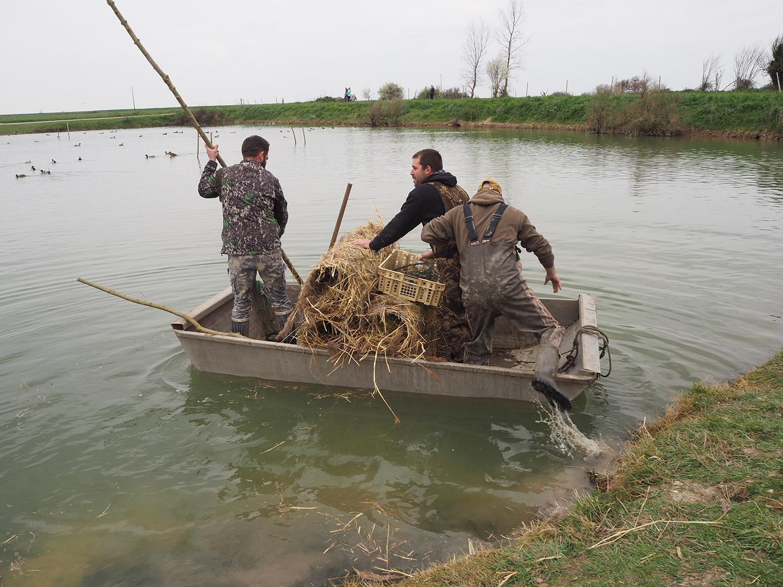 Les chasseurs partent installer des nids artificiels sur pilotis. ©Y.Picard