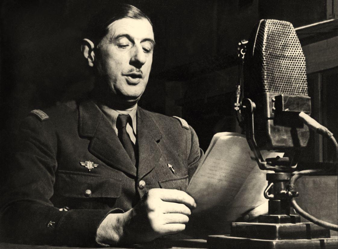 Charles_de_Gaulle_au_micro_de_la_BBC