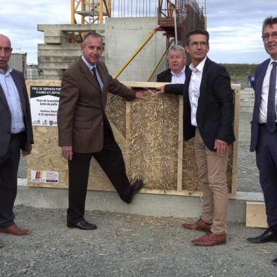 Pôle de services Ferrières CDC Aunis Atlantique pose de la première botte de paille ©Ludovic Sarrazin