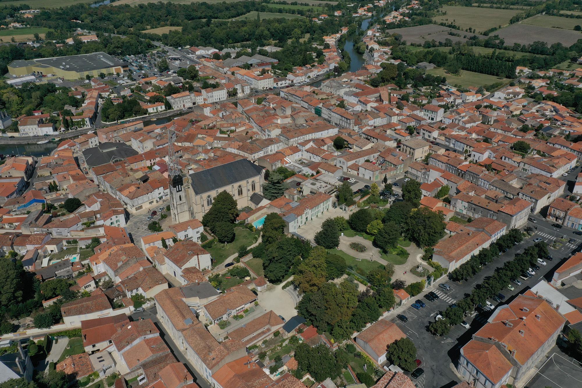 La ville de Marans vue du ciel ©Ludovic Sarrazin.